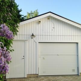 Fasadmålning av garage i Saltsjöbaden